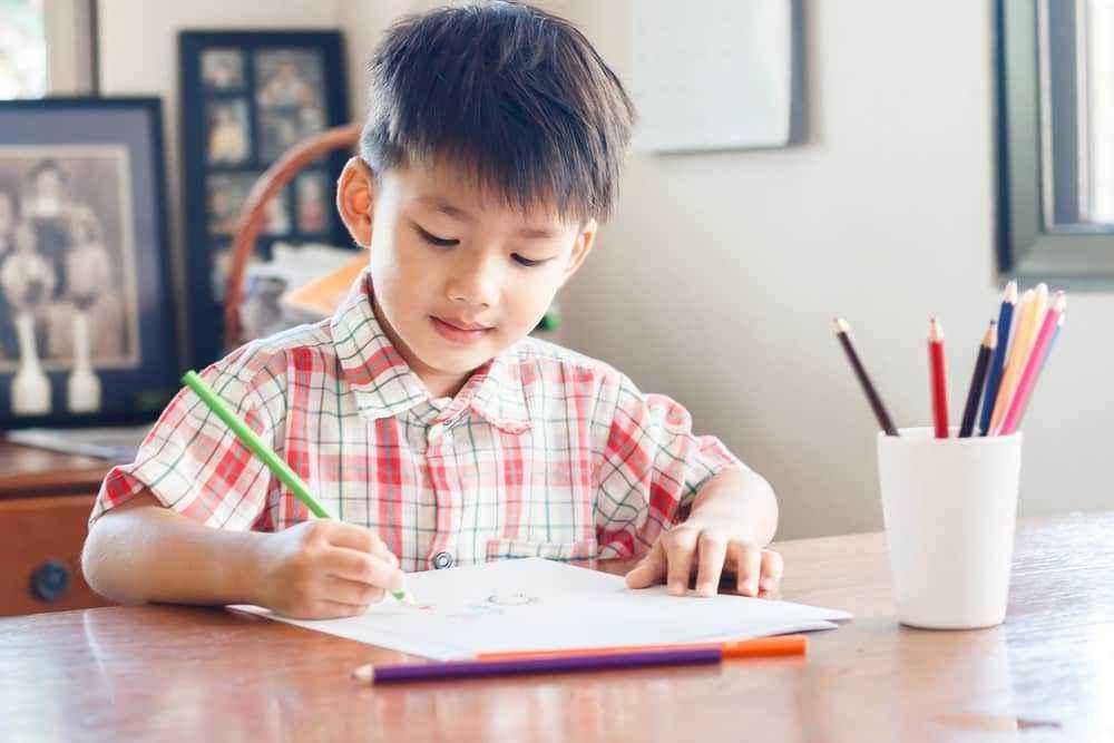 Singkirkan Benda yang Mengganggu Fokus Anak