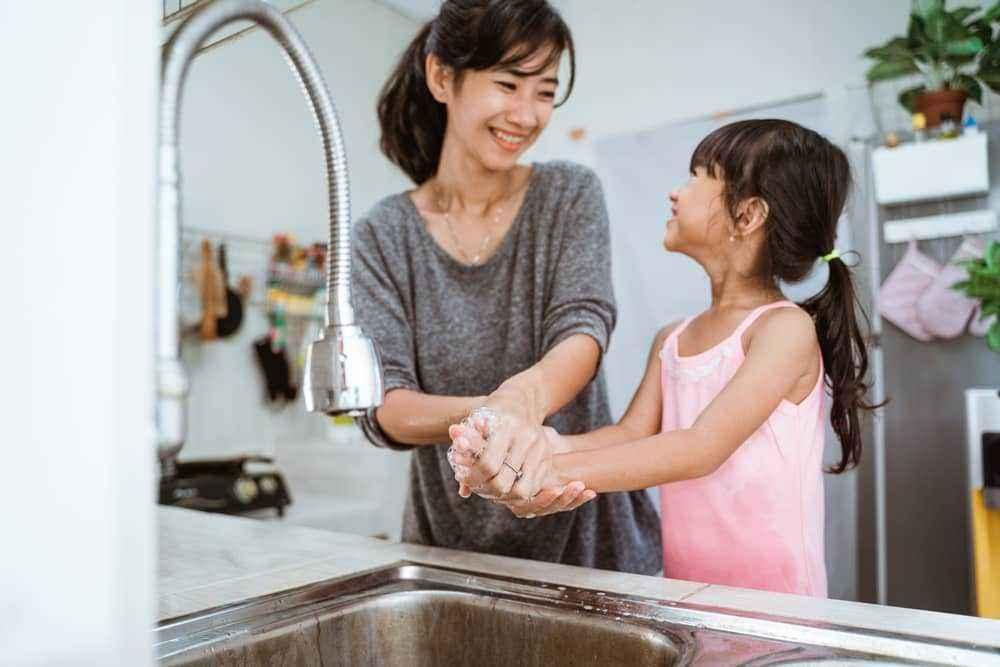 Tips Mengajari Si Kecil Mencuci Tangan dengan Sabun