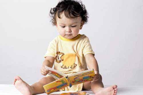 Latih Si Kecil Bicara dengan Buku Bergambar