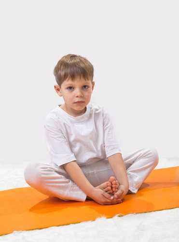 mengajari anak yoga