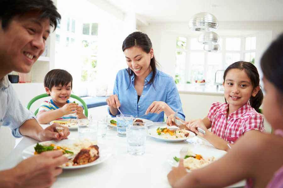 Mengasah Kemampuan Bicara Si Kecil Saat Makan Malam