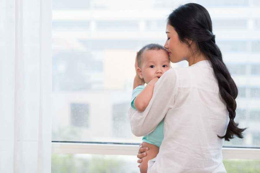 5 Aturan Penting Sebelum Orang Lain Menggendong si Kecil