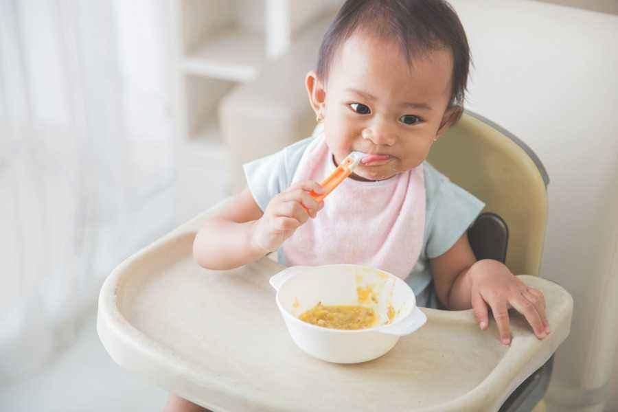 Bantu Si Kecil Belajar Makan Sendiri Sesuai Usianya