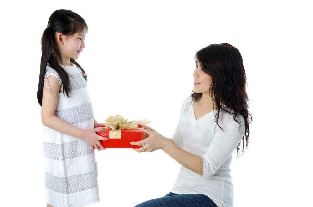 4 Tips Mengajarkan Anak Menghargai Pemberian Orang Lain