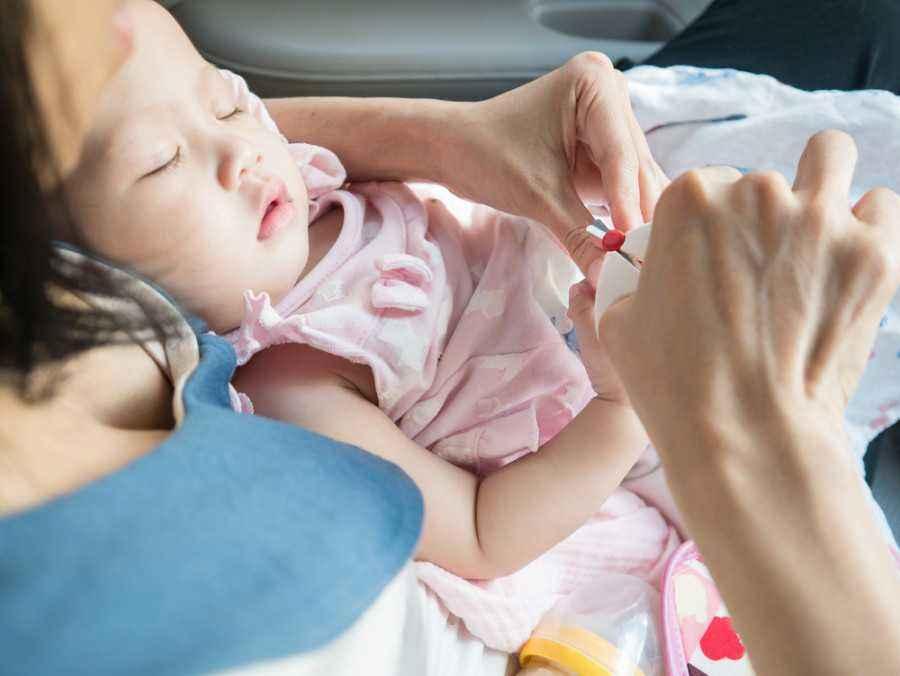 4 Tips Aman saat Memotong Kuku Bayi