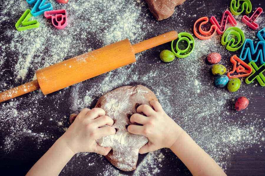 Membuat Kue Bersama Anak Ternyata Tingkatkan Motorik Halus