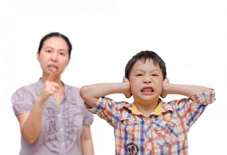 3 Efek Buruk Memarahi Anak di Tempat Umum