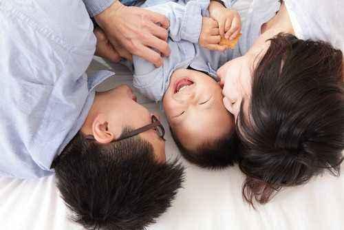 4 Cara Perkenalkan Keluarga Inti Kepada si Kecil