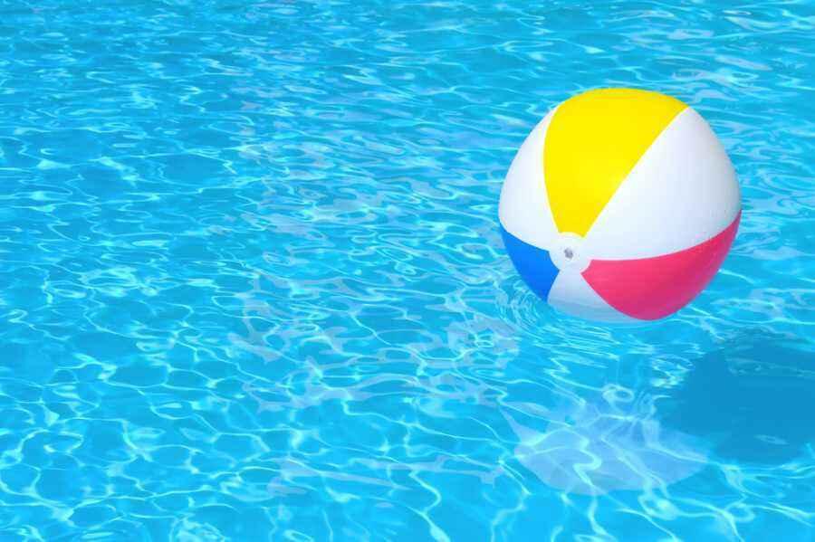 Kapan Saat yang Tepat Mengajak si Kecil Berenang?