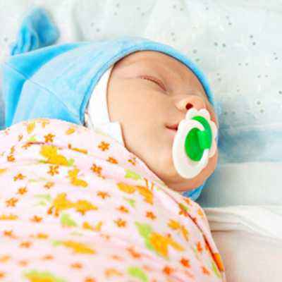 Manfaat Membedong Bayi