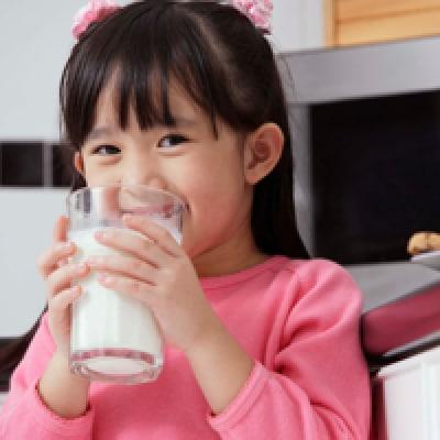 Membiasakan Anak Minum Susu dengan Gelas