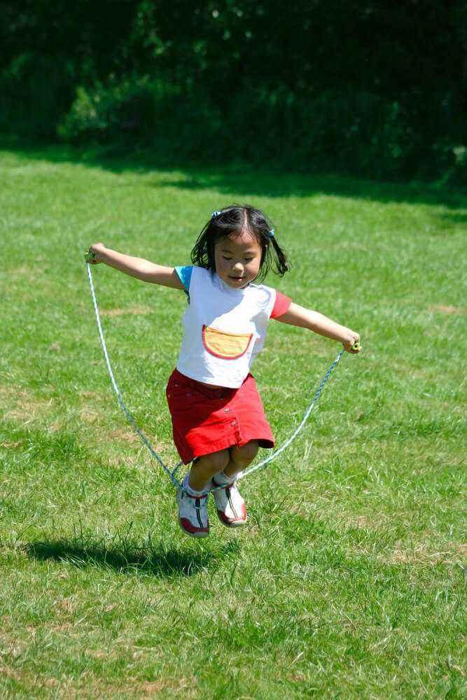 4 Manfaat Bermain Lompat Tali untuk Kesehatan Balita