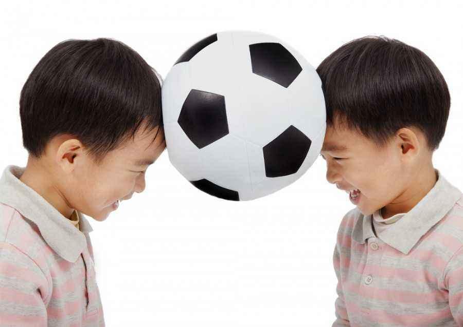 Mengajarkan Arti Berbagi Lewat Bermain Bola