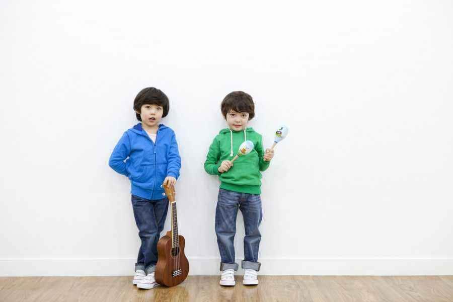 Bermain Dengan Alat Musik Buatan si Kecil