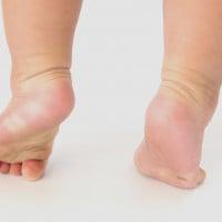 Manfaat Berjalan Tanpa Alas Kaki Bagi si Kecil