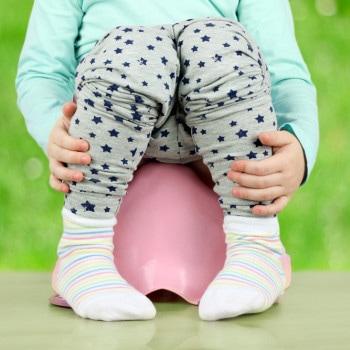 Optimalkan Toilet Training dengan Ajari si Kecil Berjongkok