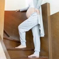 4 Tips Aman Naik-Turun Tangga untuk Ibu Hamil Tua
