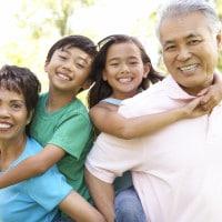 5 Cara Agar si Kecil Dekat dengan Kakek-Nenek