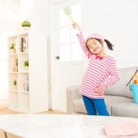 5 Cara Ajarkan si Kecil Bersih-Bersih Rumah