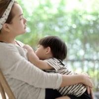 5 Cara Merangsang Perkembangan Otak Si Kecil dengan Sentuhan