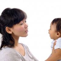 Kembangkan Otak si Kecil Dengan Mengajaknya Berbicara
