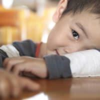 5 Alasan si Kecil Enggan Menyapa Orang Lain & Cara Mengatasinya