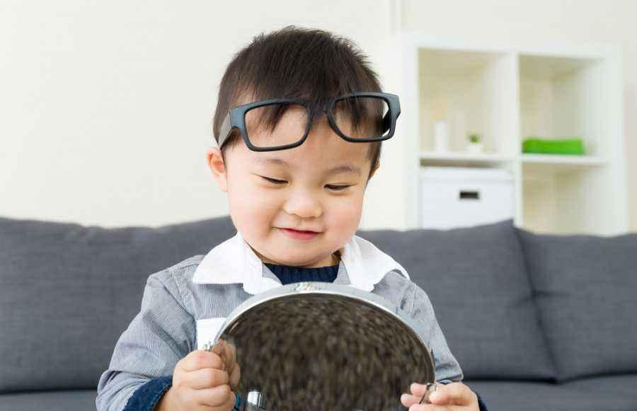 Si Kecil Senang Bermain Cermin? Ayo Cari Tahu Alasannya!