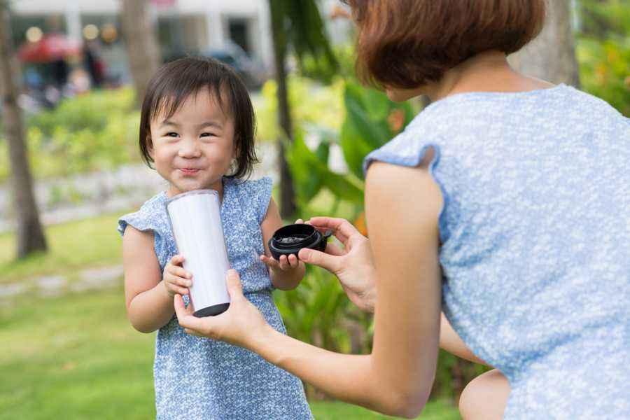 Si Kecil Hanya Mau Minum Susu? Ini Cara Menanganinya!