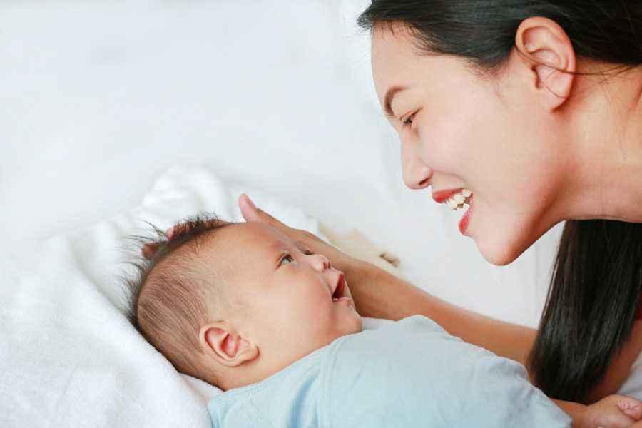 Ajak Bayi Bicara dengan Memerhatikan Hal-Hal Berikut